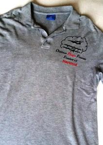 Polo-Shirt mit Kurzarm in Grau, Vereinslogo mit Vornamen auf der Brust, verschiedene Größen lieferbar, Flugzeuglogo auf der Rückseite möglich. Ca. 15,00 €/Stück. Lieferzeit ca. 2 Wochen